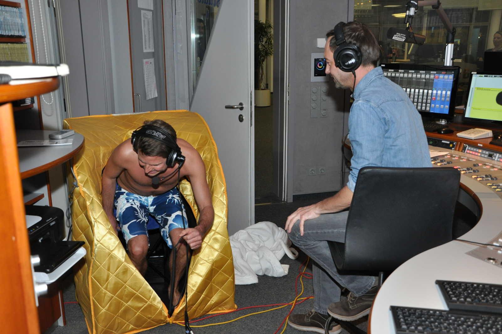 live aus der mobilen sauna florian weiss schwitzt in der stefan meixner show antenne bayern. Black Bedroom Furniture Sets. Home Design Ideas