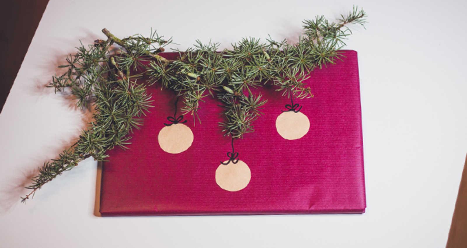 originelle geschenkverpackungen hier ist der christbaum. Black Bedroom Furniture Sets. Home Design Ideas