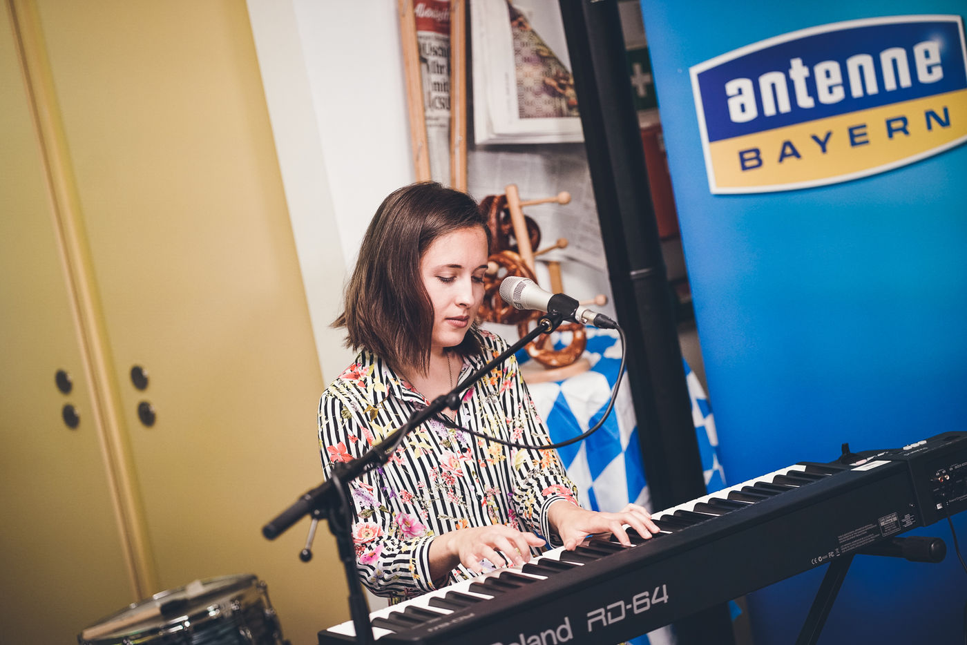 video alice merton performt bayerische version von roots mit der antenne bayern band. Black Bedroom Furniture Sets. Home Design Ideas