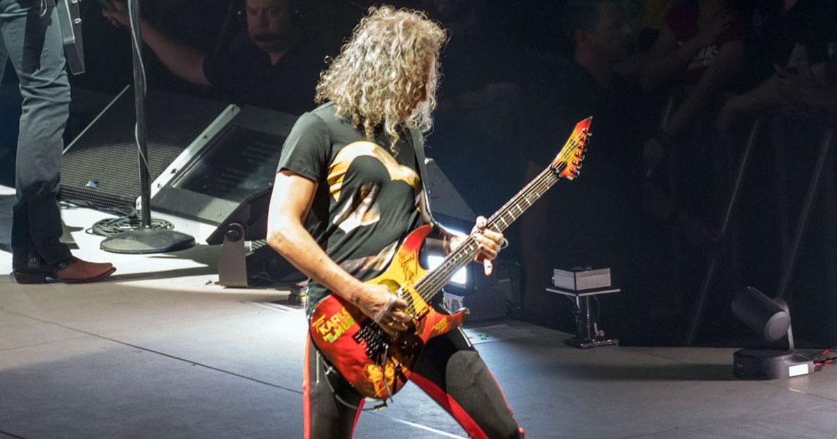 Metallica: Kirk Hammet fliegt während eines Konzertes auf den Hintern - das Video