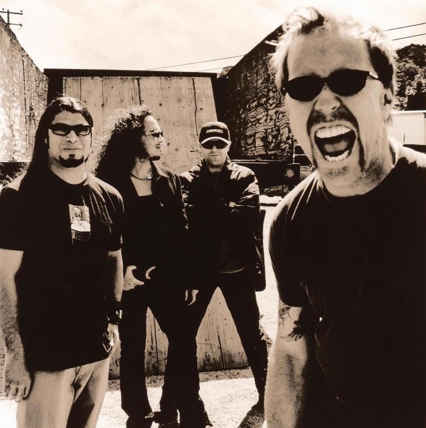 Ex-Metallica Bassist von der Bühne gestoßen