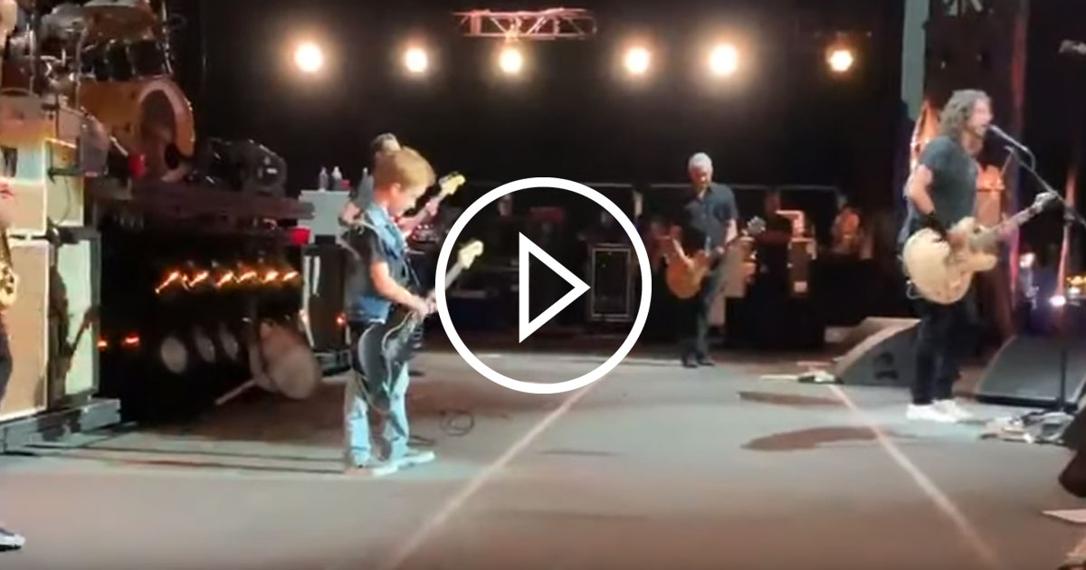 "Foo Fighters: Scott Ians Sohn performt ""Everlong"""