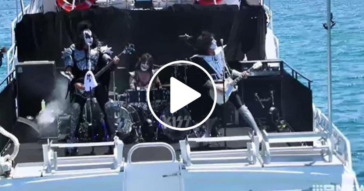 KISS: Seht hier wie Gene Simmons und Co. vor Haien performen