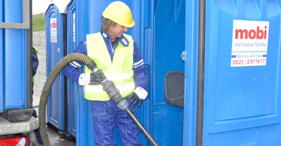 Radiomoderator schrubbt Gersthofener Firma einen Feiertag frei - durch Toiletten putzen
