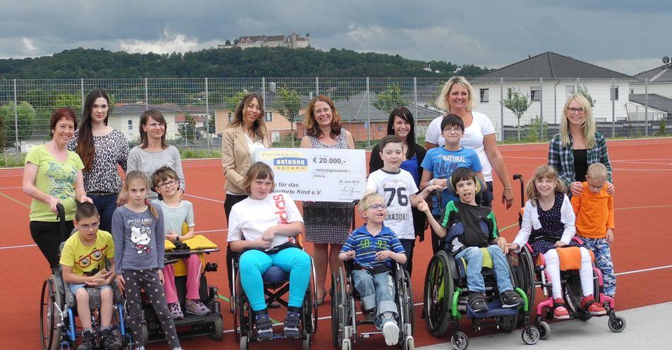 """'Stiftung ANTENNE BAYERN hilft' unterstützt den Verein """"Hilfe für das behinderte Kind e.V."""" mit 20.000 Euro"""