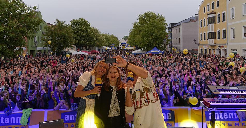 6.000 Dorfener tanzten mit ANTENNE BAYERN in den Mai