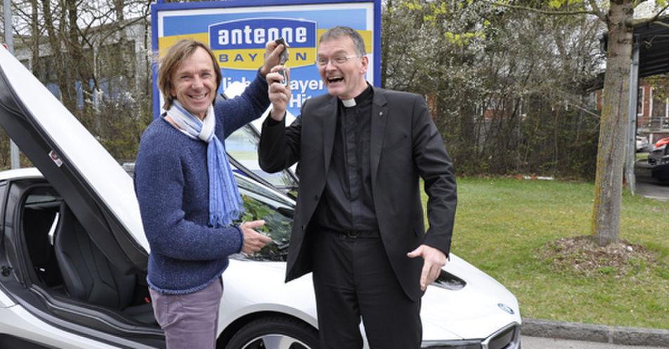 ANTENNE BAYERN schenkt Pfarrer Wolfgang Oertel aus Untersteinach die längste Probefahrt seines Lebens im BWM i8