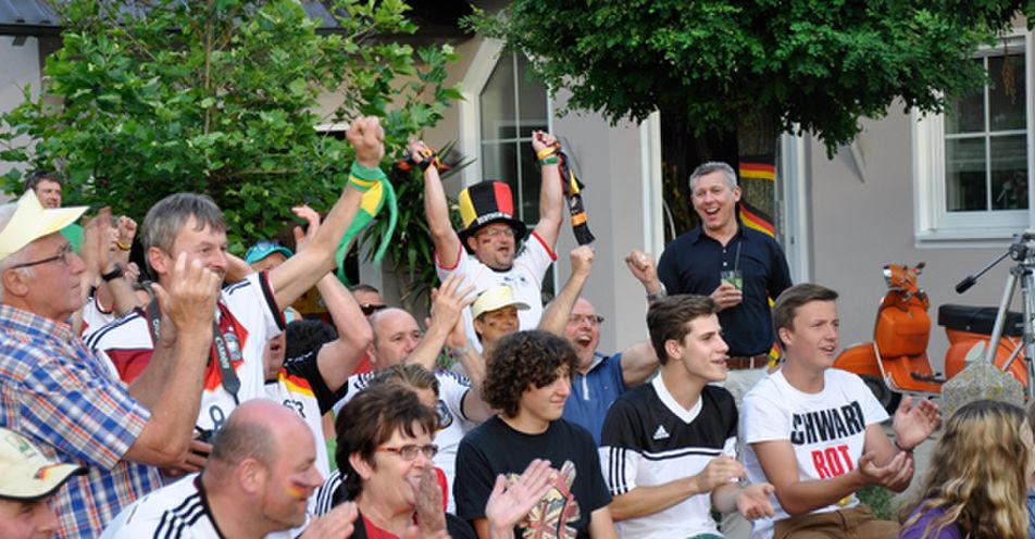 Der größte Fernseher der Welt in Niederbayern – Sabine Reichl aus Kelheim feiert riesen WM-Garten-Party