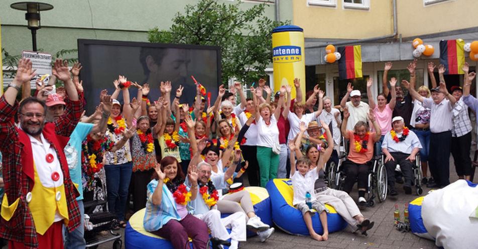 Fürther Senioren im WM-Fieber – ANTENNE BAYERN feiert große Deutschland-Party in der Seniorenresidenz Rosenstraße in Fürth