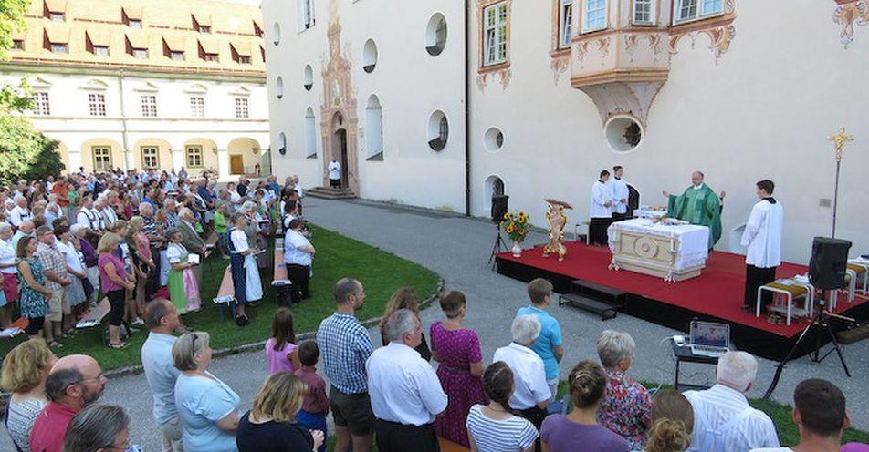 Erster Freiluftgottesdienst im Klosterhof Benediktbeuern mit ANTENNE BAYERN