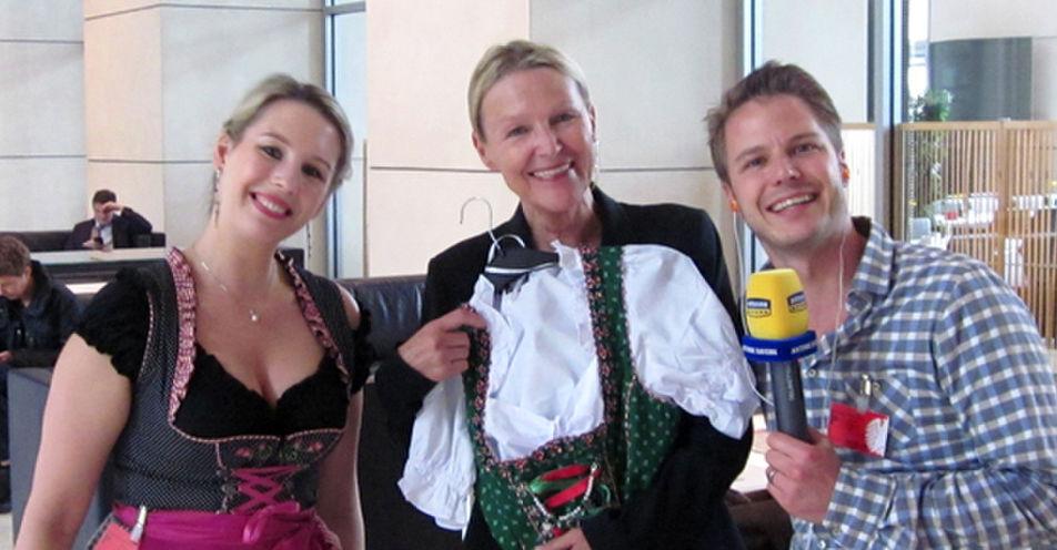 Dirndlstreit im Bundestag: ANTENNE BAYERN übergibt MdB Sylvia Kotting-Uhl ein Dirndl