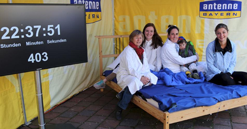 Maibaum Auslöse: Schaffen es mindestens 2.500 Dorfener in 25 Stunden im Schlafanzug auf den Marktplatz?