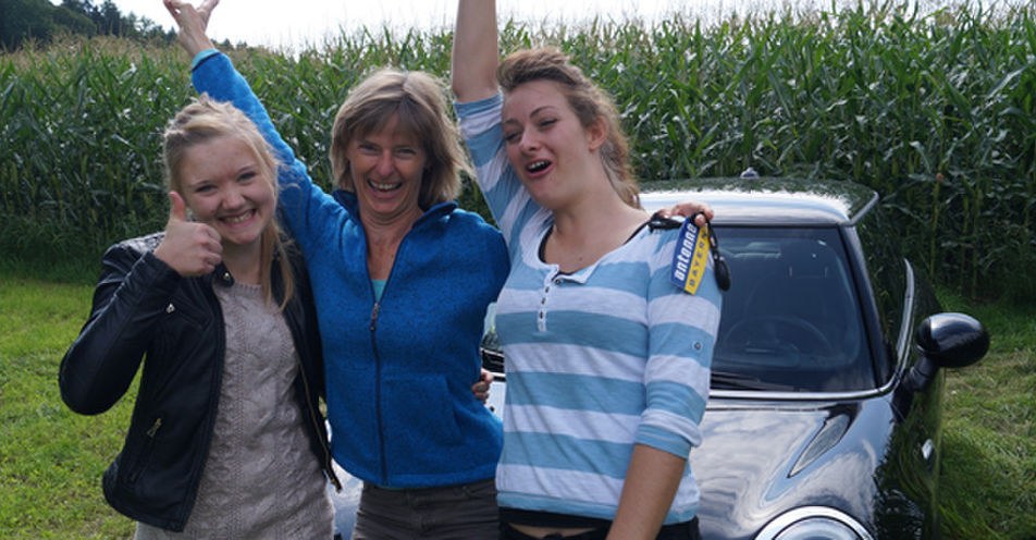 Angelika Ritzer aus Glonn findet ANTENNE BAYERN-Mini hinter Maisfeld!
