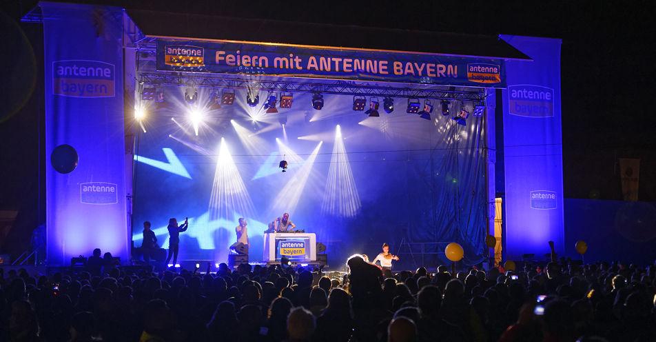 Knapp 8.000 Menschen feiern bei der Tanz-in-den-Mai-Party in Senden