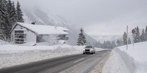 Schneechaos: Warnungen, Schulausfälle, Zugverbindungen, Straßen, Flüge und Wetter für euren Ort checken