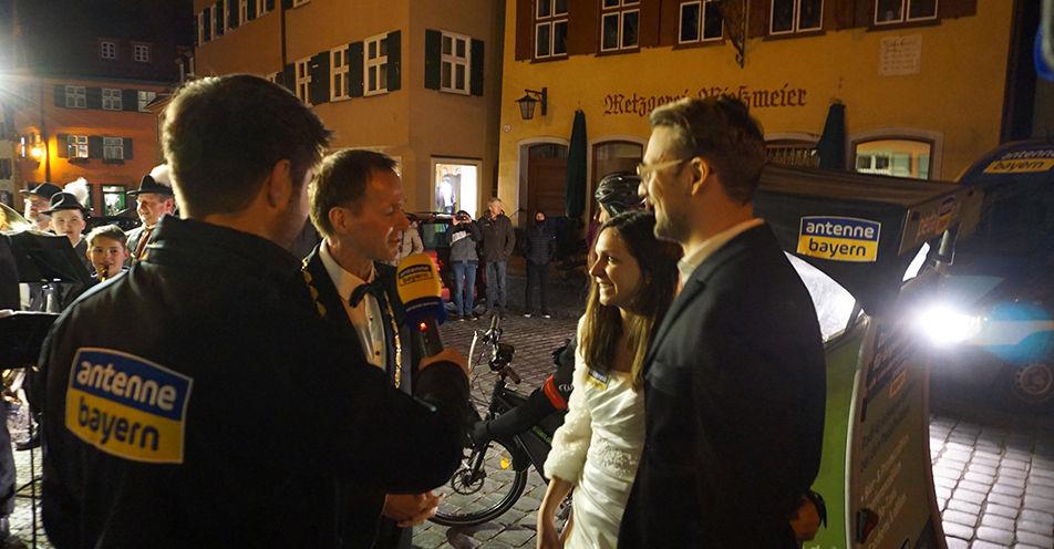 Tag 3: Dinkelsbühler Oberbürgermeister empfängt ANTENNE BAYERN-Brautpaar mit Posaunen und Trompeten