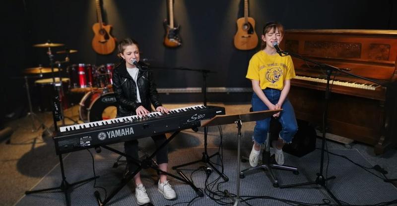 mimi-und-josefine-aus-augsburg-performen-zwei-exklusive-songs-auf-antenne-bayern-4.jpg