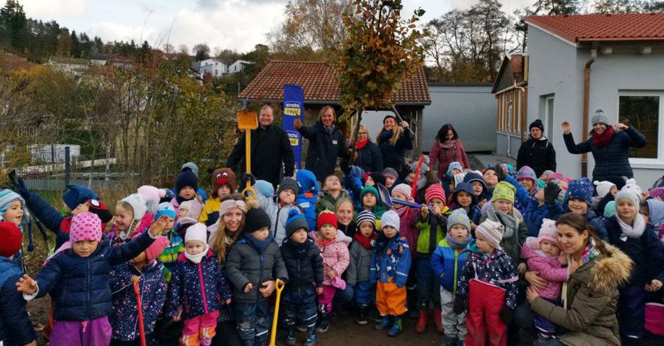 Leiki und Indra pflanzen in Ansbacher Kindergarten Bäume für die Zukunft