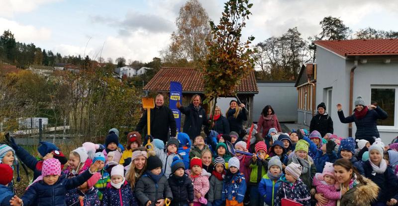 leiki-und-indra-pflanzen-in-ansbacher-kindergarten-bume-fr-die-zukunft-2.jpg