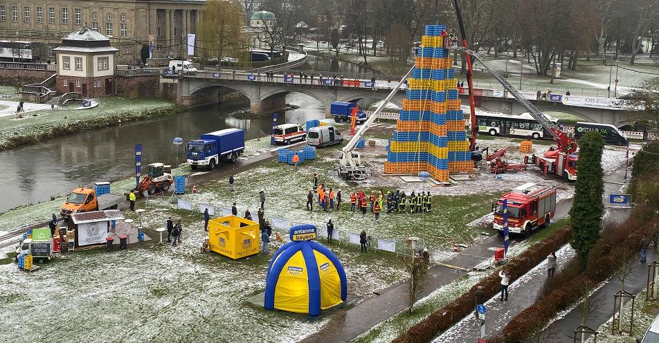 ANTENNE BAYERN Weihnachtsweltrekord: Größter Bierkasten-Christbaum aller Zeiten steht in Bad Kissingen