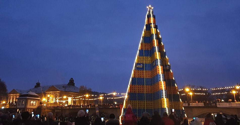 Bayerische Bierkönigin illuminiert weltgrößten Bierkasten-Christbaum in Bad Kissingen