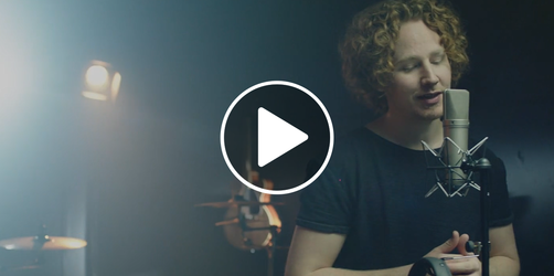 """Being Home"": Bambi-Gewinner Michael Schulte singt ANTENNE BAYERN Weihnachtssong"