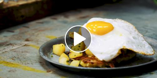 Knusprige Kartoffelpuffer mit Apfel-Birnen-Kompott und Spiegelei