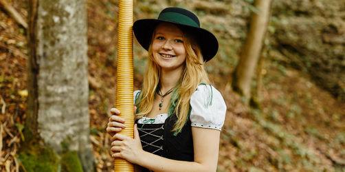 Der LOTTO Mittwoch: Elisabeth spielt Alphorn - und was ist dein Glücksmoment?