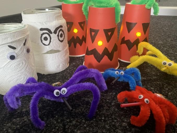 halloween deko basteln, basteln mit kindern, windlichter geister basteln, kürbis, spinnen deko,