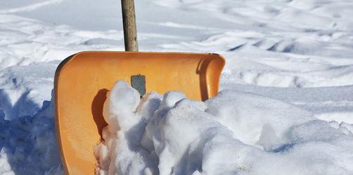 Wintereinbruch in Bayern: Wer muss die Gehwege von Schnee und Eis befreien?