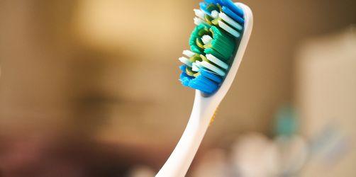 Die Zahnbürste des Partners benutzen? Das sagt der Experte!