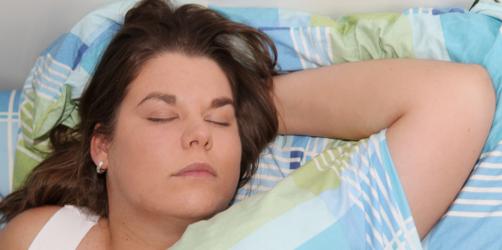 Neue Studie: Darum sollten Frauen nicht vor dem Fernseher einschlafen
