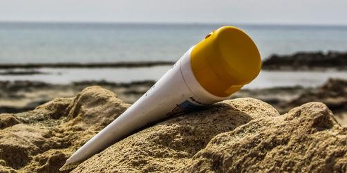 19 Sonnencremes und -sprays im Test: Das sind die Tops und Flops