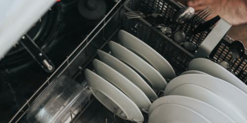 Spülmaschinen richtig reinigen: So verlängert ihr die Lebensdauer von eurem Gerät