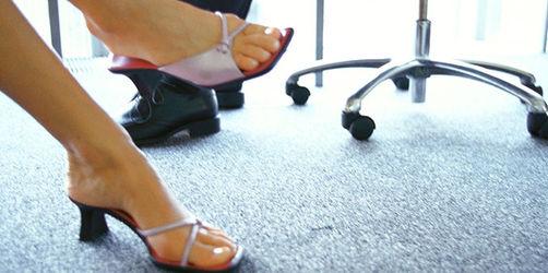 Zehen-Check im Büro: Das verrät der Fuß des Kollegen über seinen Charakter