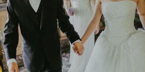 Über 200 Prozent Hochzeitsaufschlag: So viel mehr zahlt ihr für DJ, Frisur & Torte