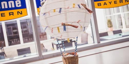 Der bezaubernde Heißluftballon mit Geld-Girlande