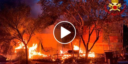 Waldbrand wütet auf Sardinien: Strand und Hotels wegen Feuer geräumt