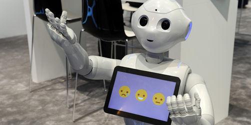 "CeBIT: Roboter ""Pepper"" begeistert die Messebesucher"