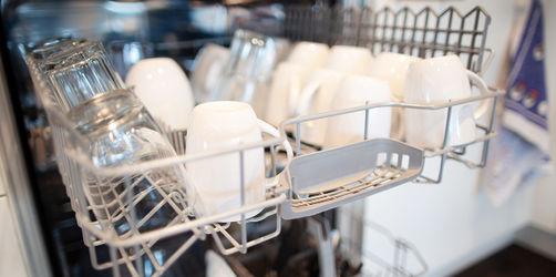 19 Pulver und Tabs im Test: Nur diese zwei Spülmittel reinigen top!
