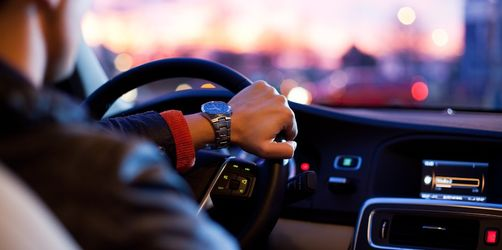 Arrogant, alt oder attraktiv: Das sagt deine Automarke über dich