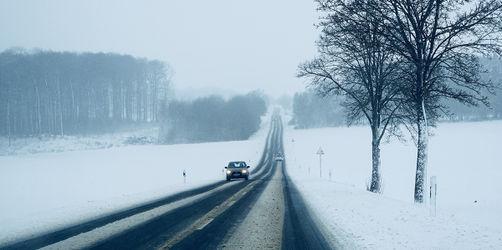 Sicherheit ist Pflicht: Wissenswertes für Autofahrer rund um Beleuchtung, Bereifung und Zubehör