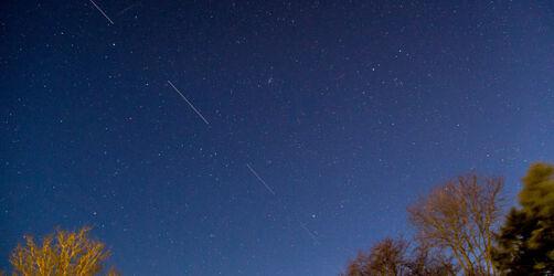 Mysteriöse Lichterketten am Nachthimmel: So seht ihr die Starlink-Satelliten!