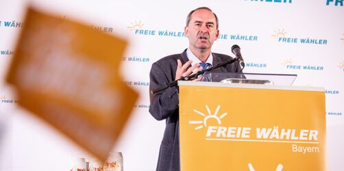 Wut & Empörung: Hubert Aiwanger twittert während Wahl verbotene Prognose-Zahlen