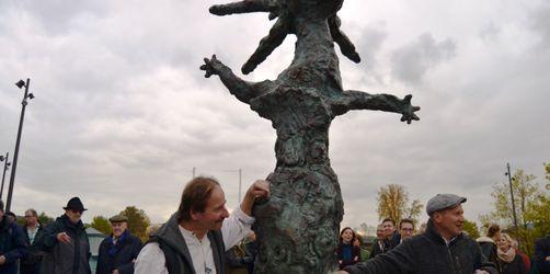Schneewittchen-Stadt Lohr am Main enthüllt umstrittenes Kunstwerk