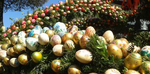 Osterbrunnen in Bad Reichenhall: 4500 Eier schmücken den Brunnen des Heiligen Florian