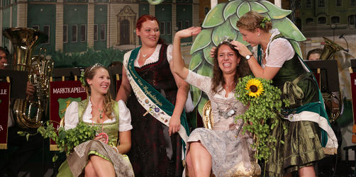 Wolnzach: Die Bier-Monarchie krönt neue Hallertauer Hopfenkönigin