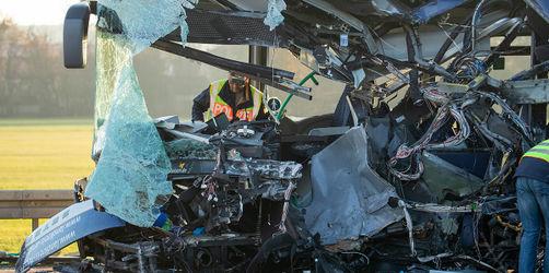 Grund für Schulbusunfall mit 28 Verletzten: Fahrer sollen Klarheit schaffen