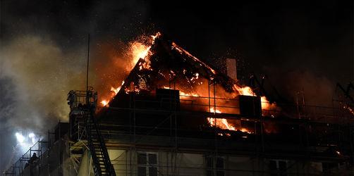 Alle helfen mit: Löscharbeit nach Brand in Kloster Rottenbuch