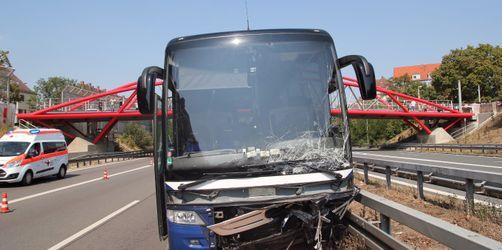 Geisterfahrer-Unfall: Auto kracht in Bus von Fürther Jugendfußballmannschaft